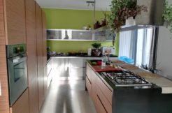Appartamento pari al nuovo con 8 balconi, doppio garage e panorama – Comfort, stile fresco e vista da ammirare