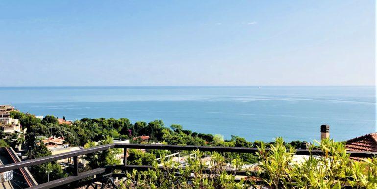 Attico con ascensore, garage e ampio terrazzo sul mare in zona Passetto