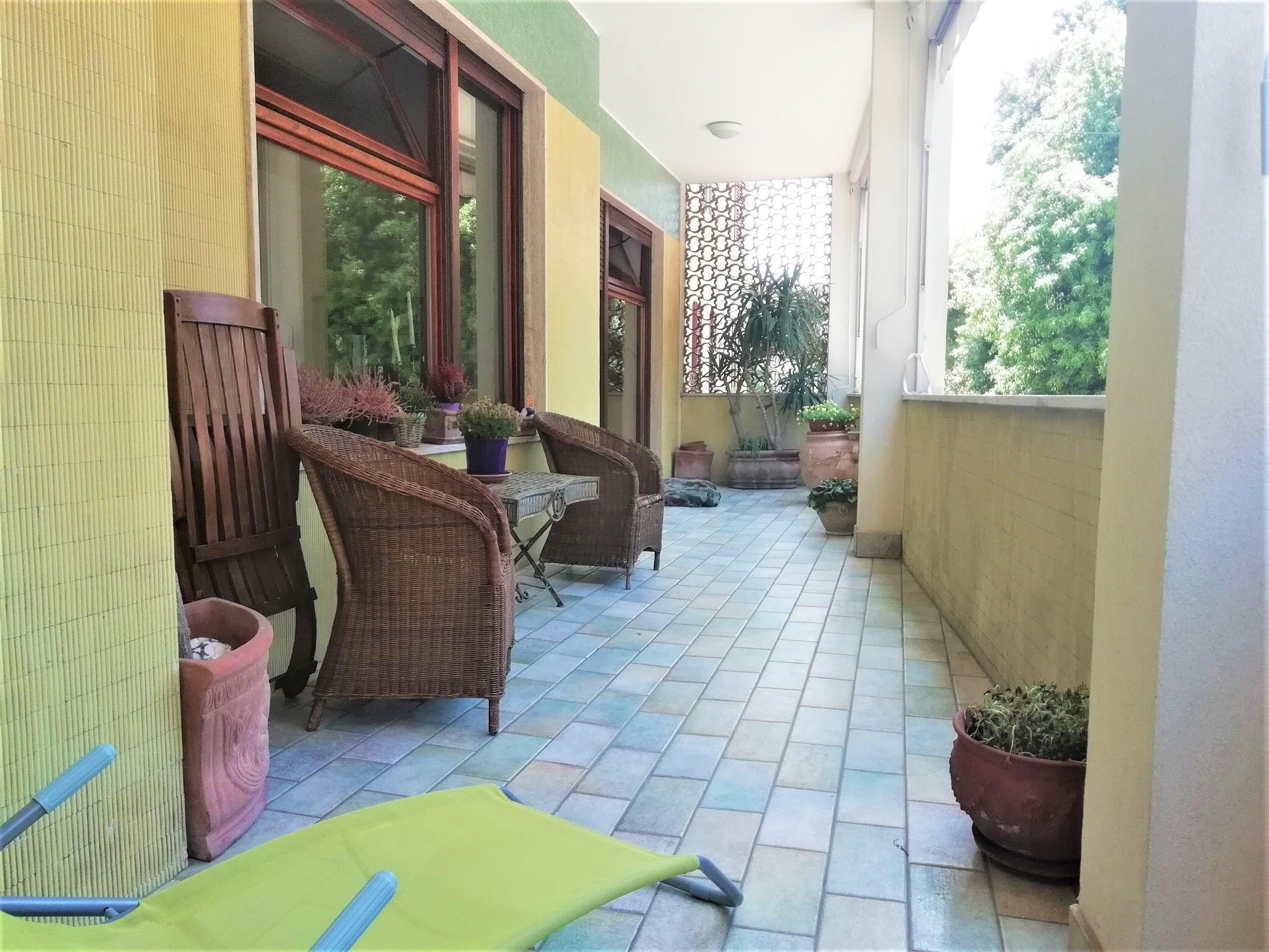 Ampio appartamento con terrazzo abitabile e garage in for Ampio garage con abitazione