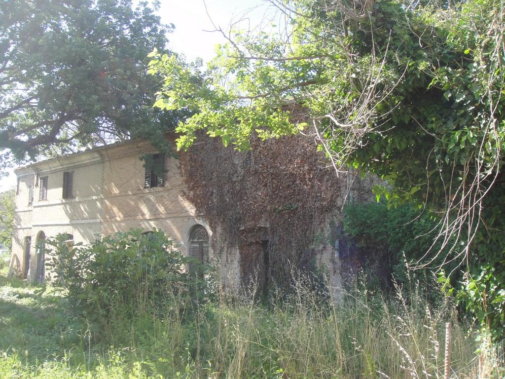 Casa colonica piu 39 giardino da ristrutturare brokey for Ristrutturare il giardino