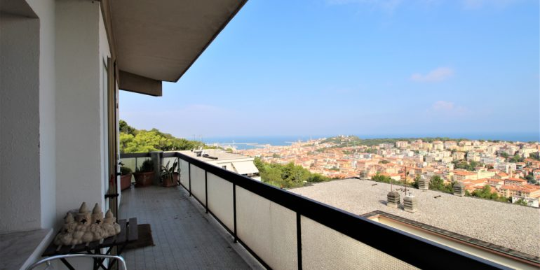 Ampio appartamento con garage e terrazzo panoramico perimetrale, vista aperta su Ancona e sul Golfo