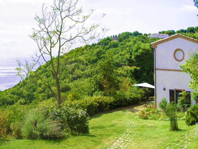 Meraviglioso casale vista mare circondato dalla natura in zona residenziale di Ancona