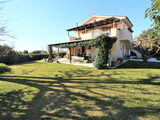 Villa pari a nuovo con giardino, terrazzo vista mare e taverna a Numana, zona Svarchi