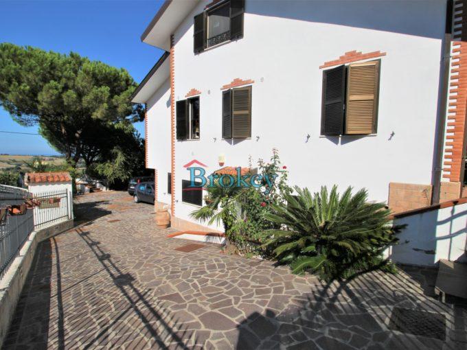 Porzione di villa bifamiliare con ampio giardino panoramico e garage ad Ancona