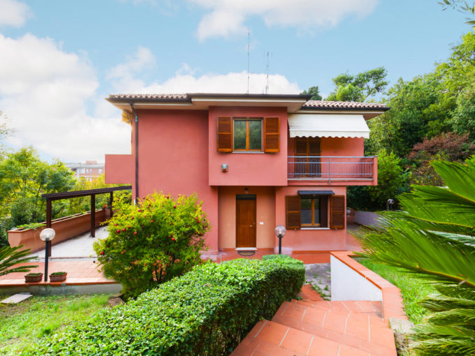 Semi-detached villa with large garden and garage in Ancona