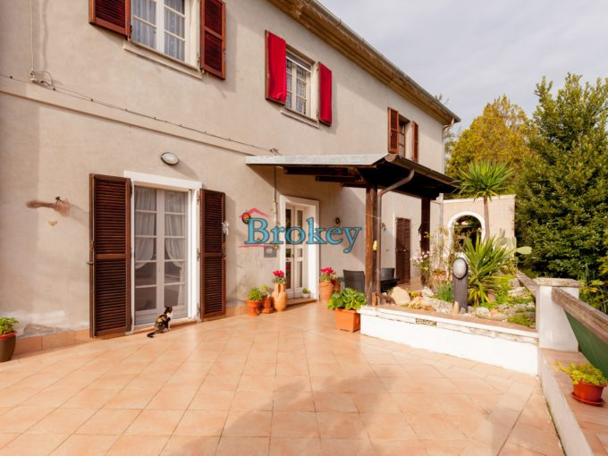 Single house with garden, private courtyard and parking space in the centre of Sirolo