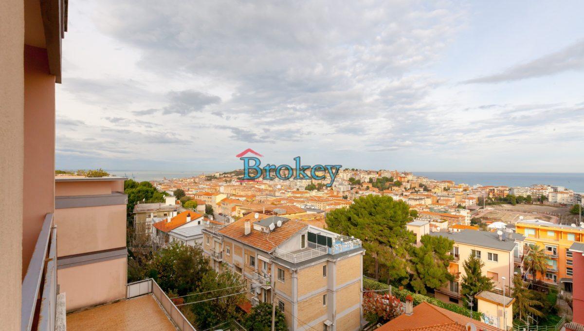 Ampio appartamento vista mare con ascensore e garage ad Ancona