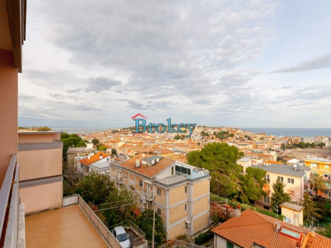 Large sea view apartment with lift and garage in Ancona, coveted position
