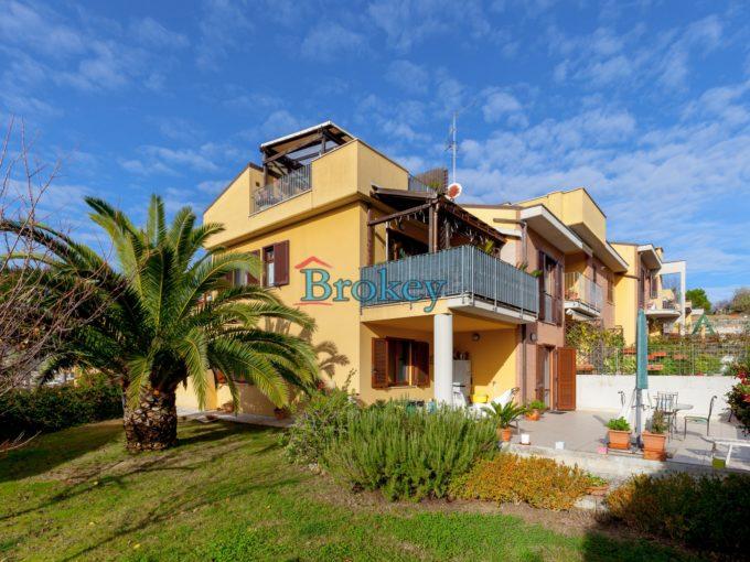 Appartamento del 2003 con giardino, taverna e garage in contesto bifamiliare ad Ancona
