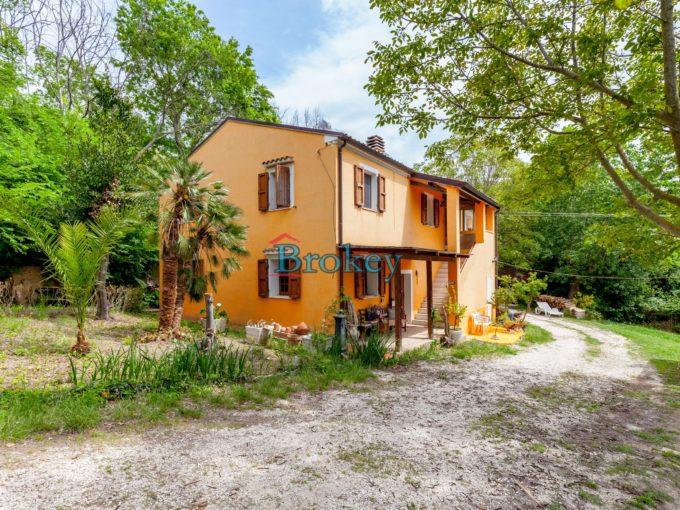 Casa con giardino e garage immersa nel verde ad Ancona, 2 unità indipendenti