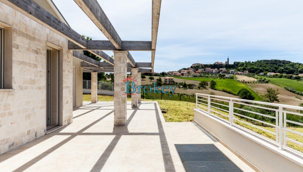 Nuovissima villa singola con ampio giardino panoramico, taverna e garage nel Parco del Conero