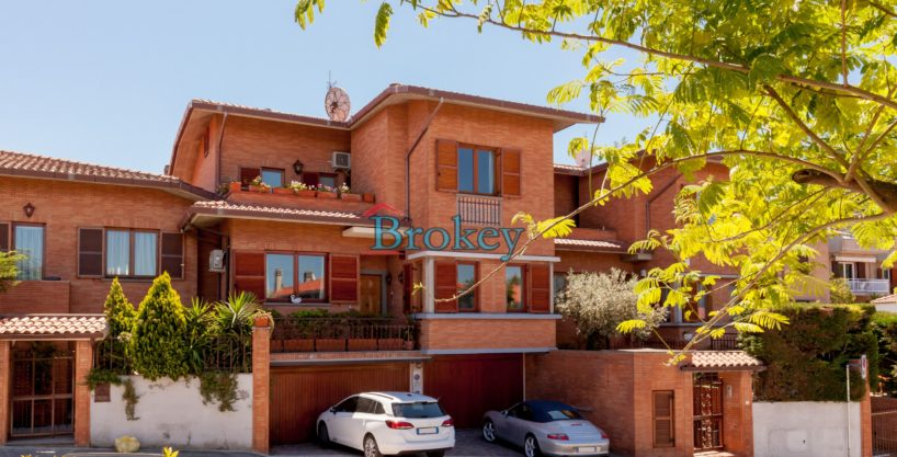 Villetta a schiera con giardino e garage in zona ambita di Ancona