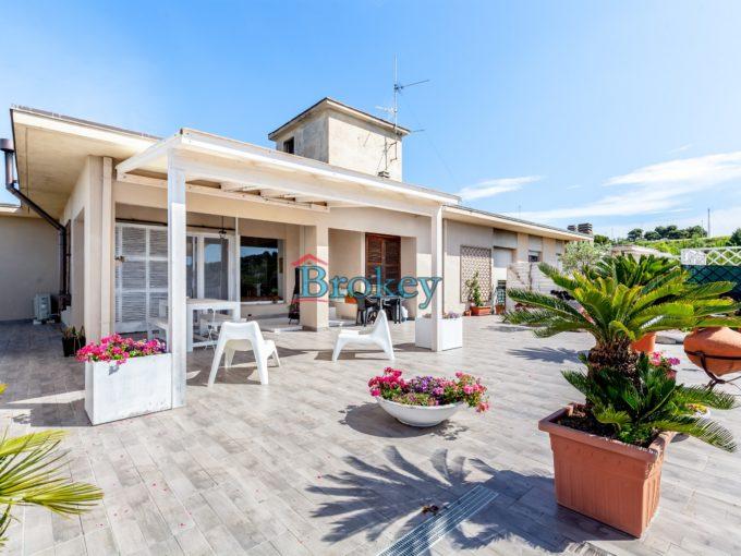 L'attico dei tuoi sogni ad Ancona, ristrutturato nel 2017 con terrazzo panoramico, garage e ascensore
