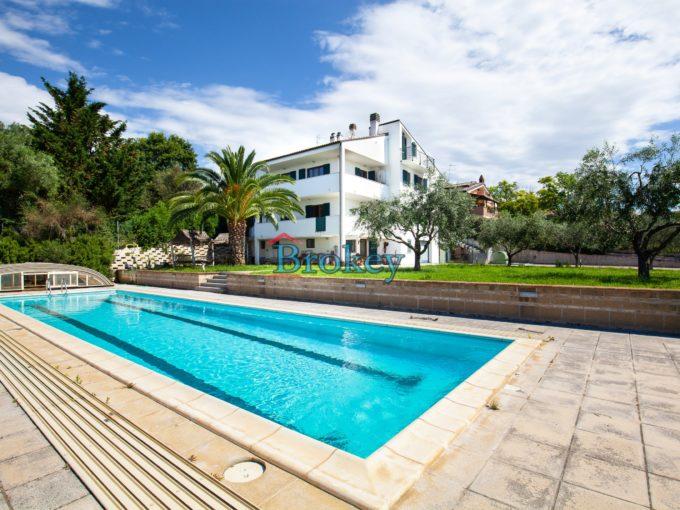 Porzione di bifamiliare con giardino, piscina e taverna, subito libera vicino a Camerano, Ancona e Conero