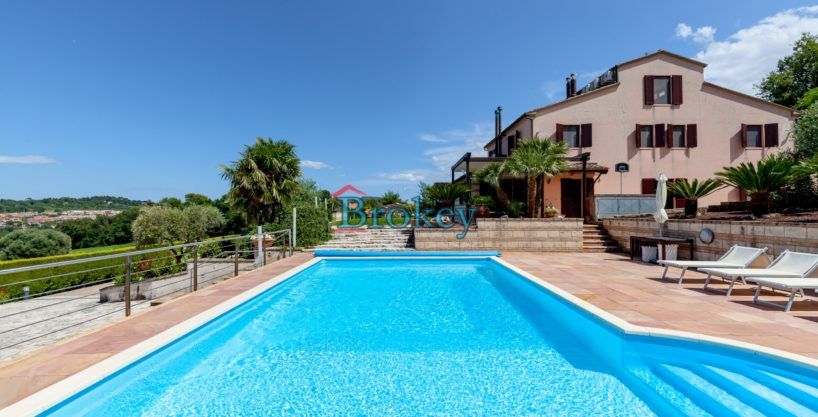 Prestigiosa porzione di bifamiliare con piscina e ampio giardino panoramico ad Ancona