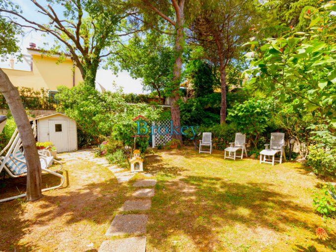 Appartamento con ampio giardino e terrazzo vista Conero in residence con piscina a Numana, subito libero