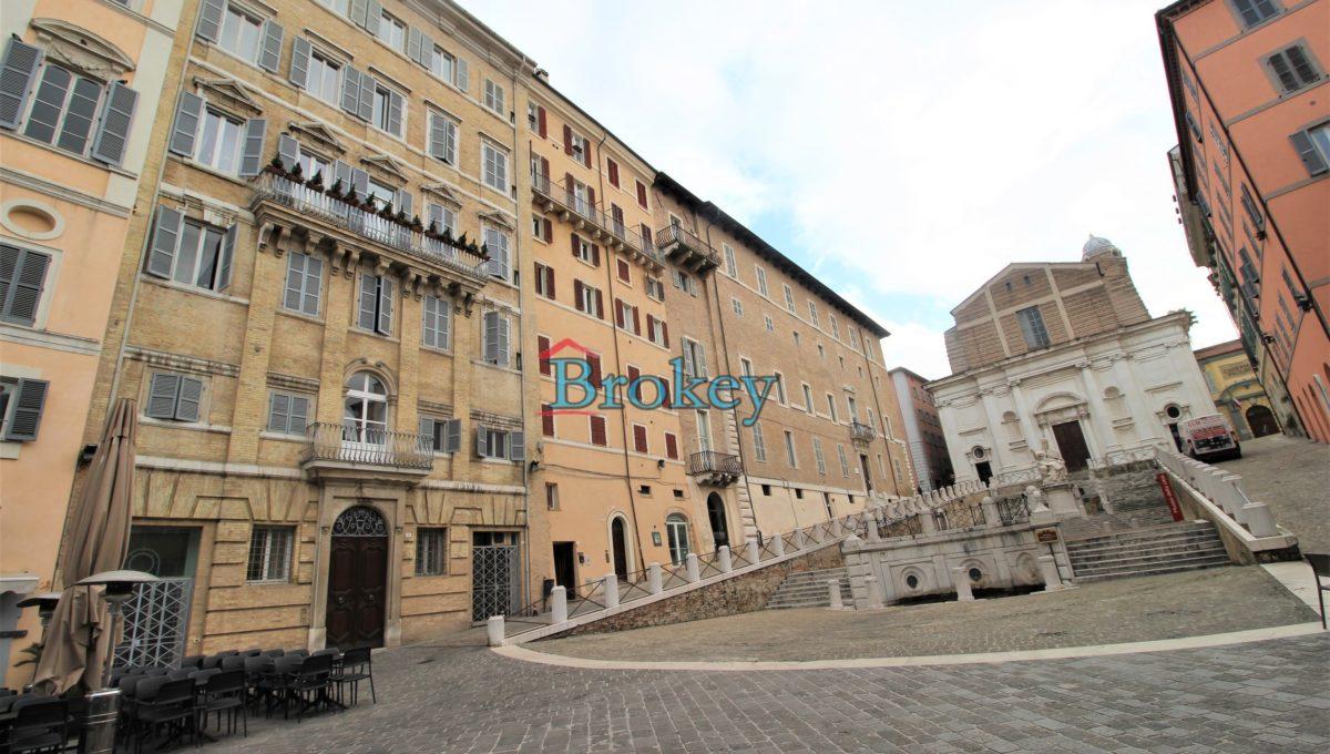 Ultimo piano con ascensore in palazzo storico di Piazza del Papa, Ancona centro (1)