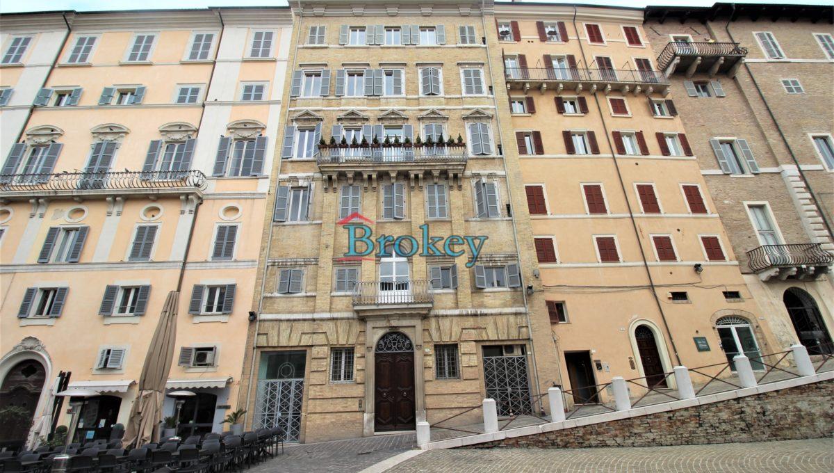 Ultimo piano con ascensore in palazzo storico di Piazza del Papa, Ancona centro (14)