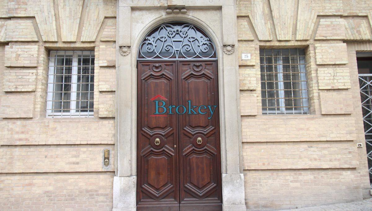 Ultimo piano con ascensore in palazzo storico di Piazza del Papa, Ancona centro (2)