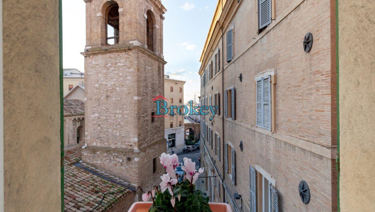 Ultimo piano di pregio con ascensore in piccolo contesto del 1400 nel centro di Ancona, Piazza Santa Maria (9)