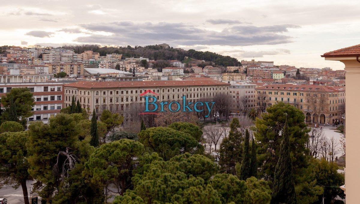 Prestigioso ultimo piano pari a nuovo con ascensore in contesto Liberty di Piazza Cavour, Ancona centro (1)