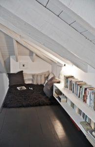 trasformare la mansarda abitabile in una sala relax con arredamento moderno