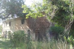 Casa colonica piu' giardino da ristrutturare
