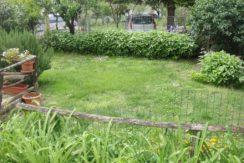 Casa abbinata ad un lato con garage e giardino