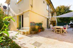 Appartamento libero su 4 lati con ampi giardini e garage doppio in contesto bifamiliare ad Ancona, zona Regione