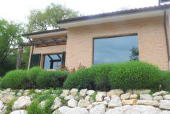 Villa singola su un unico livello con giardino, taverna e garage ad Offagna