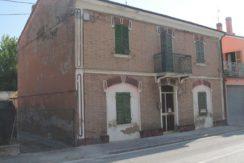Casa singola abbinata ad un lato da ristrutturare.