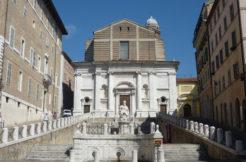 Luminoso appartamento con comodo terrazzo in contesto storico in Piazza del Papa, Ancona
