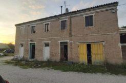 Casa colonica  con 1500 mq di corte