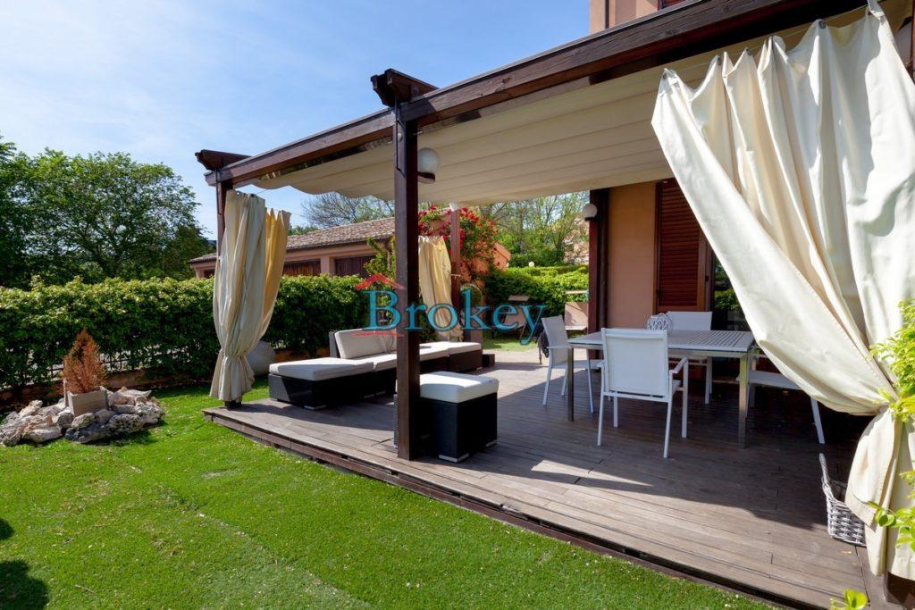 Porzione di casale pari a nuovo con ampio giardino, garage e mansarda abitabile ad Ancona, zona Montedago