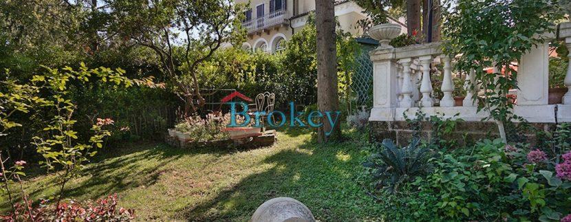 Porzione di villa storica con parco privato ad Ancona, zona Candia, 2 unità abitative